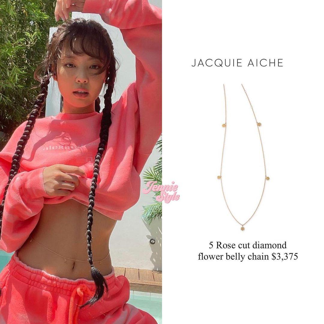 Body chain của thương hiệu Jacquie Aiche có thiết kế đính 5 bông hoa hồng bằng kim cương, kiểu dáng đơn giản nhưng giúp Jennie tôn vinh trọn vẹn vòng eo săn chắc. Để sở hữu món phụ kiện này, nữ idol phải chi gần 80 triệu đồng.
