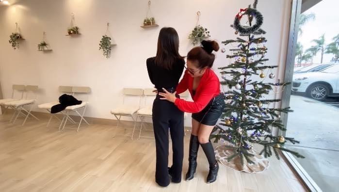 Một bàn tay của Thúy Nga có thể ôm gần hết eo cô gái.
