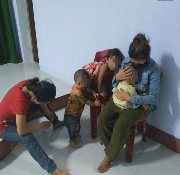 Vì sự cố hy hữu, 2 phụ nữ và 3 trẻ nhỏ bị mắc kẹt lại Huế. Ảnh: P.Đ