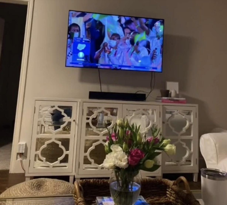 Nam chính không quên chụp lại không gian phòng khách và màn hình tivi để chứng minh.