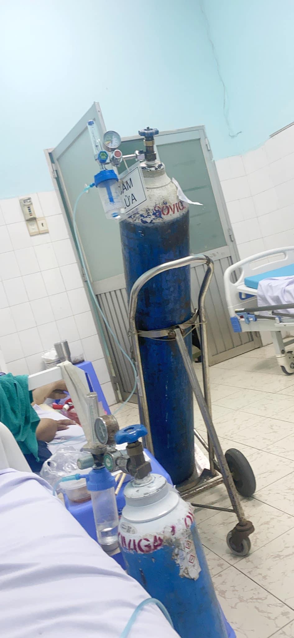 Chuỗi ngày điều trị tại bệnh viện người anh Tùng buộc phải phụ thuộc vào bình oxy.