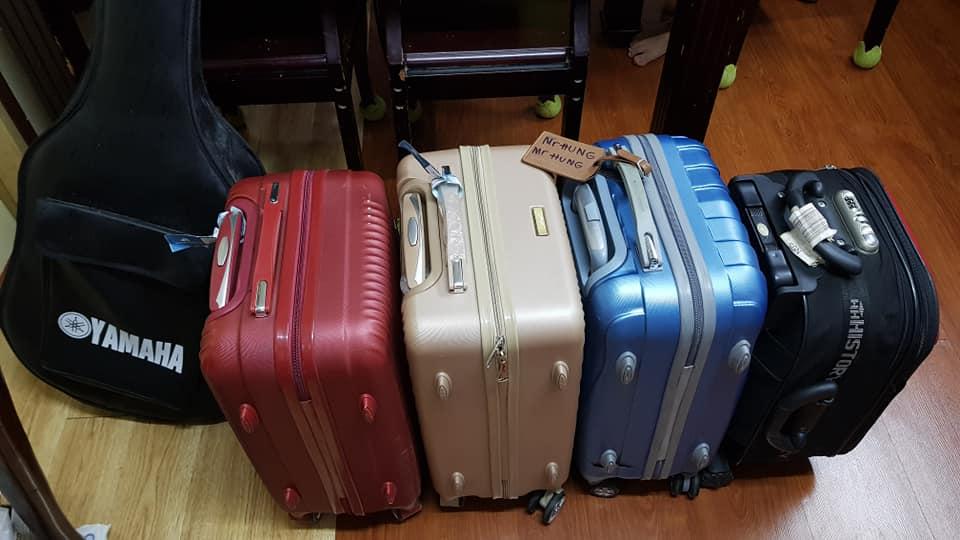 Vali hành ly của gia đình anh Hùng đã được chuẩn bị sẵn, phòng trường hợp phải đi cách ly. Ảnh: NVCC