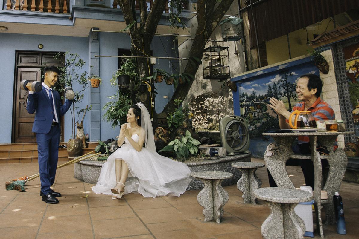 Cặp đôi chụp ảnh cưới tại nhà gái.