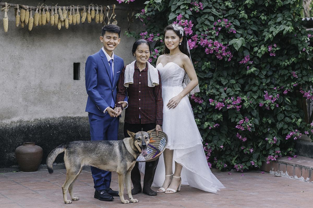 Đồng Văn Hùng chụp ảnh cưới với vợ và mẹ.