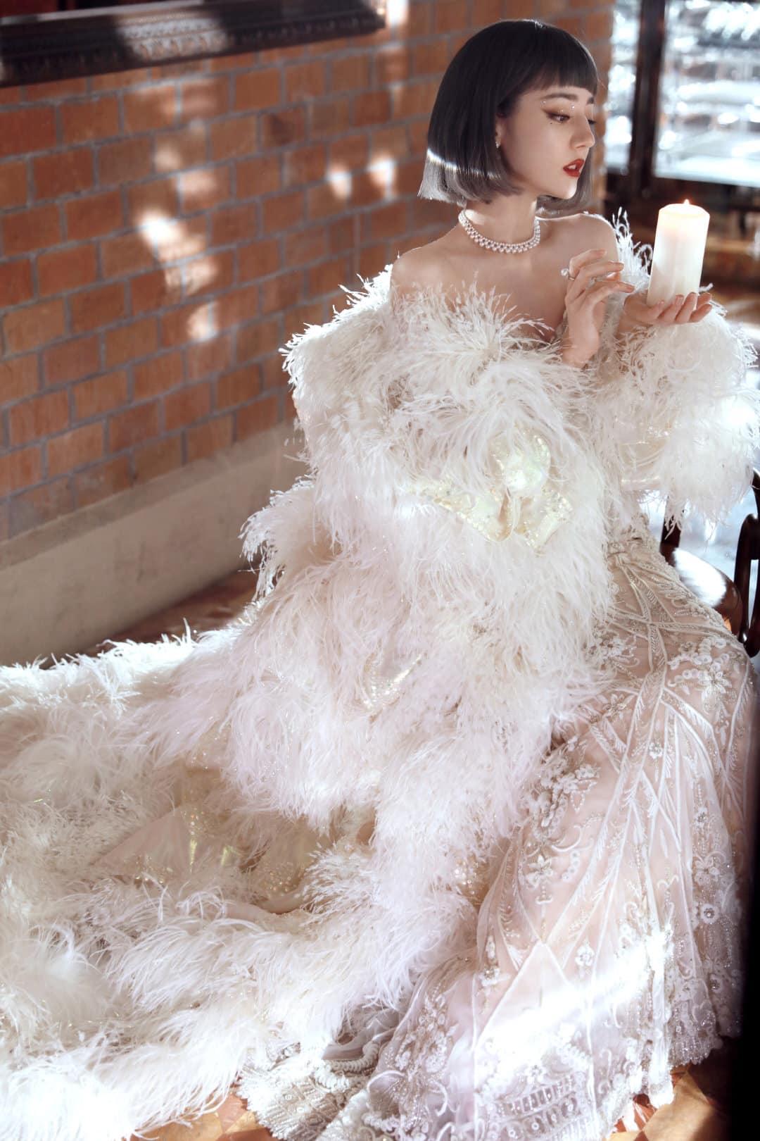 Dù mái tóc ngắn gây tranh cãi, khó phủ nhận chiếc váy thêu đính tỉ mỉ với chiếc áo choàng lông vũ trắng muốt giúp mỹ nhân Tân Cương khoe khí chất ngút ngàn tựa công chúa thiên nga.