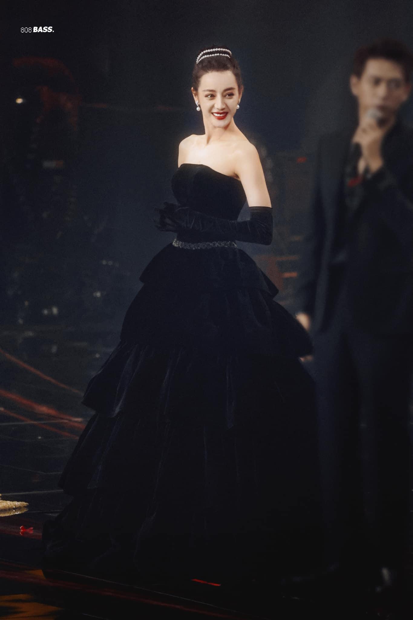 Nữ diễn viên khiến nhiều người trầm trồ khi diện chiếc váy nhung đen dáng quây đi kèm găng tay đầy cổ điển. Kiểu tóc búi cùng chuỗi vòng ngọc trai đầy tinh tế giúp khoe trọn vẹn bờ vai thanh thoát của người đẹp.
