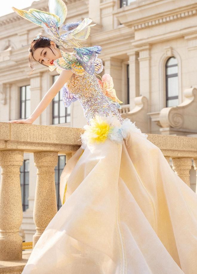 Diện bộ váy dạ hội đính cánh bướm tinh xảo, Địch Lệ Nhiệt Ba trông như đang ở trong một bộ phim thần tiên.
