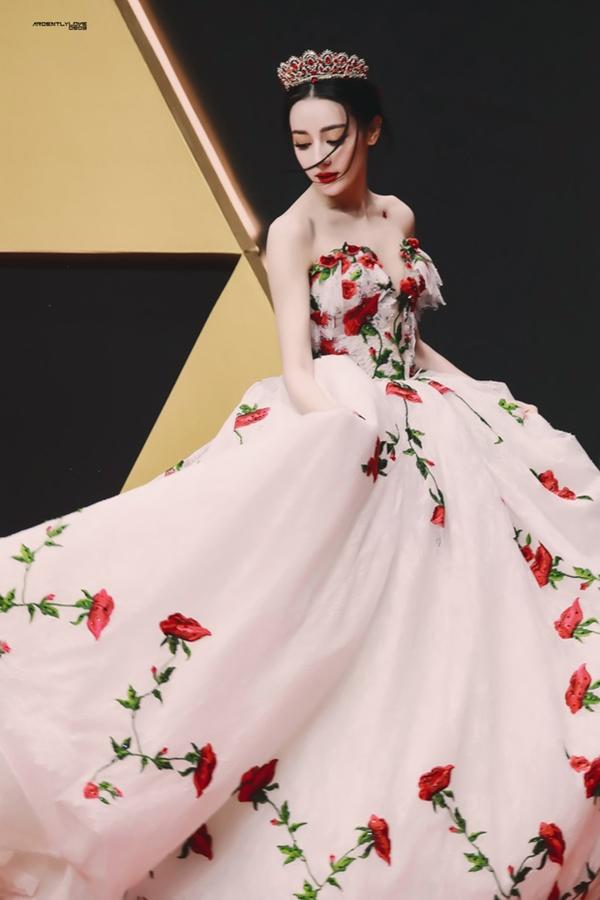 Có nhan sắc được khen nữ thần cùng vóc dáng mình hạc xương mai, Địch Lệ Nhiệt Ba luôn tỏa sáng mỗi khi ăn vận như bước ra từ cổ tích. Chiếc váy thêu đính kỳ công cùng chiếc vương miện lấp lánh giúp người đẹp 9x như công chúa hoa hồng trên thảm đỏ Tinh quang đại thưởng 2020.