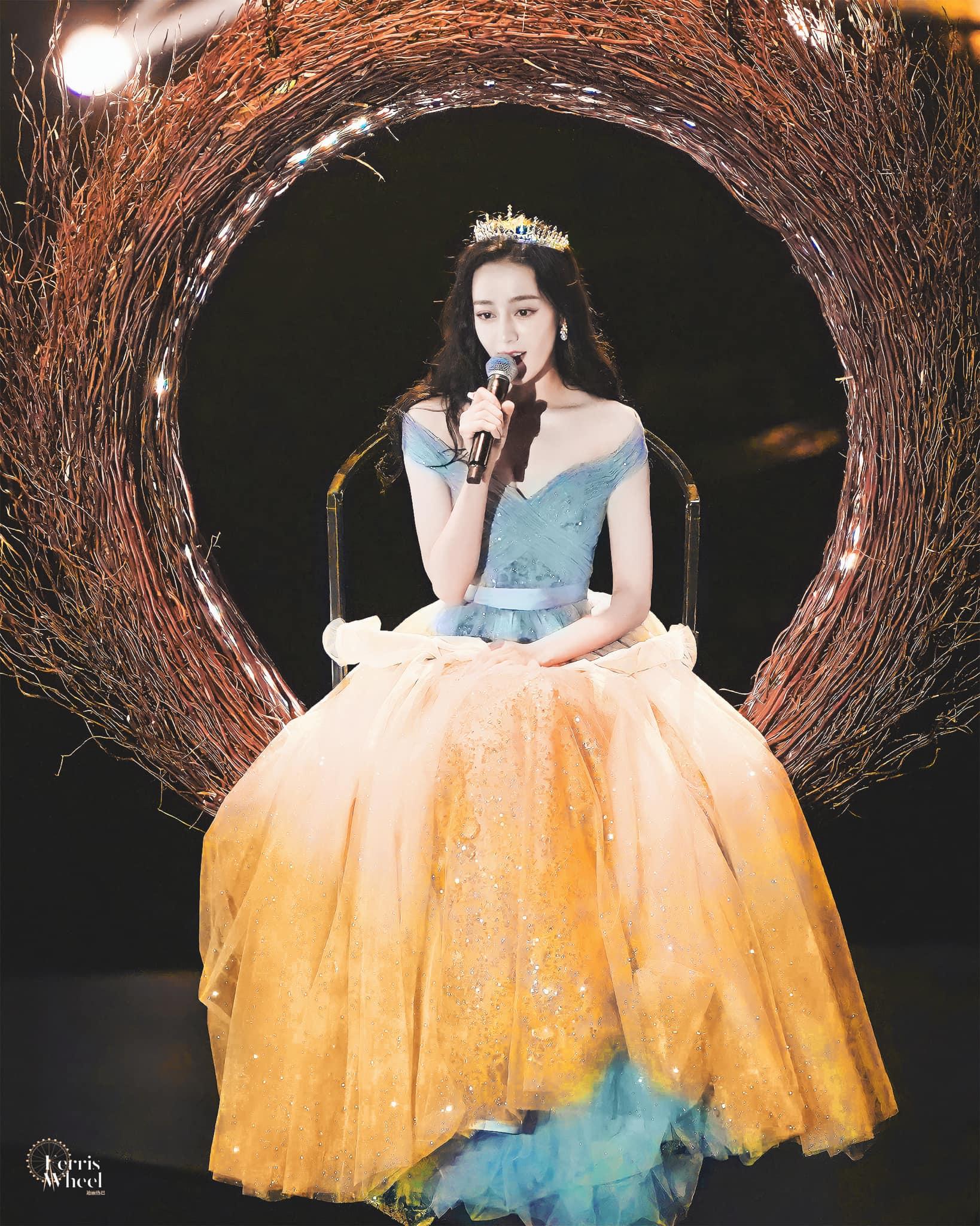 Khoảnh khắc người đẹp từ từ hạ xuống từ vòng xoay trên không được ví như công chúa hạ phàm nhờ chiếc váy đẹp xuất sắc.