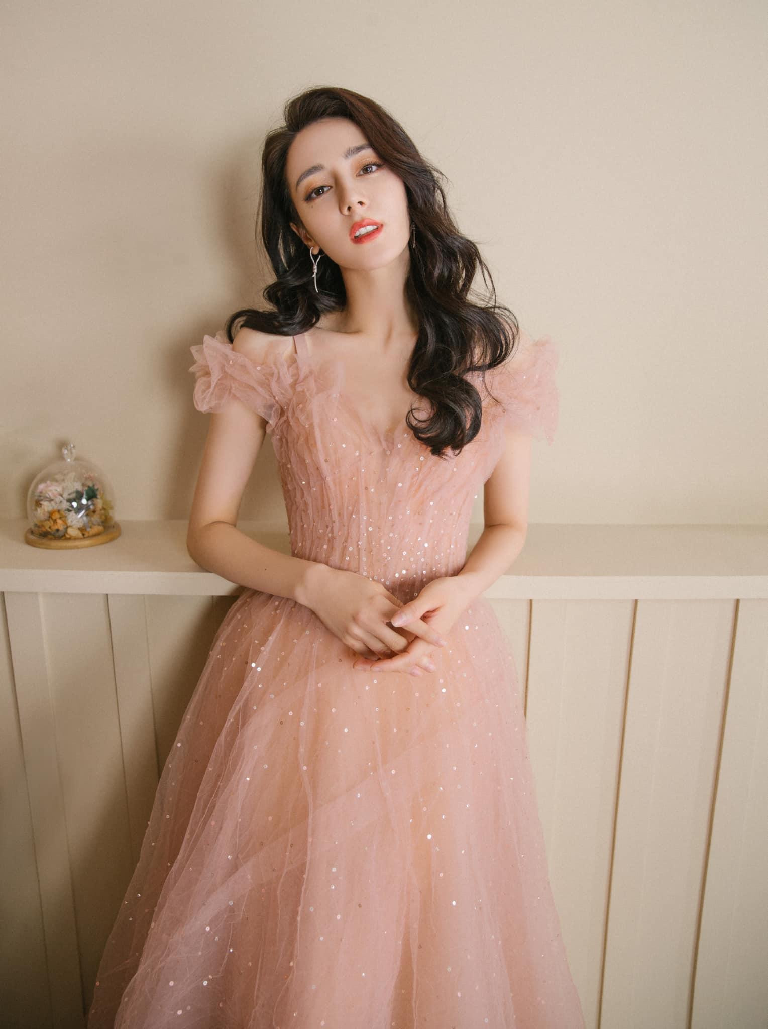 Trong những bộ ảnh thời trang, kiểu váy công chúa bồng bềnh cầu kỳ cũng được cô ưa chuộng để tôn vinh nhan sắc.