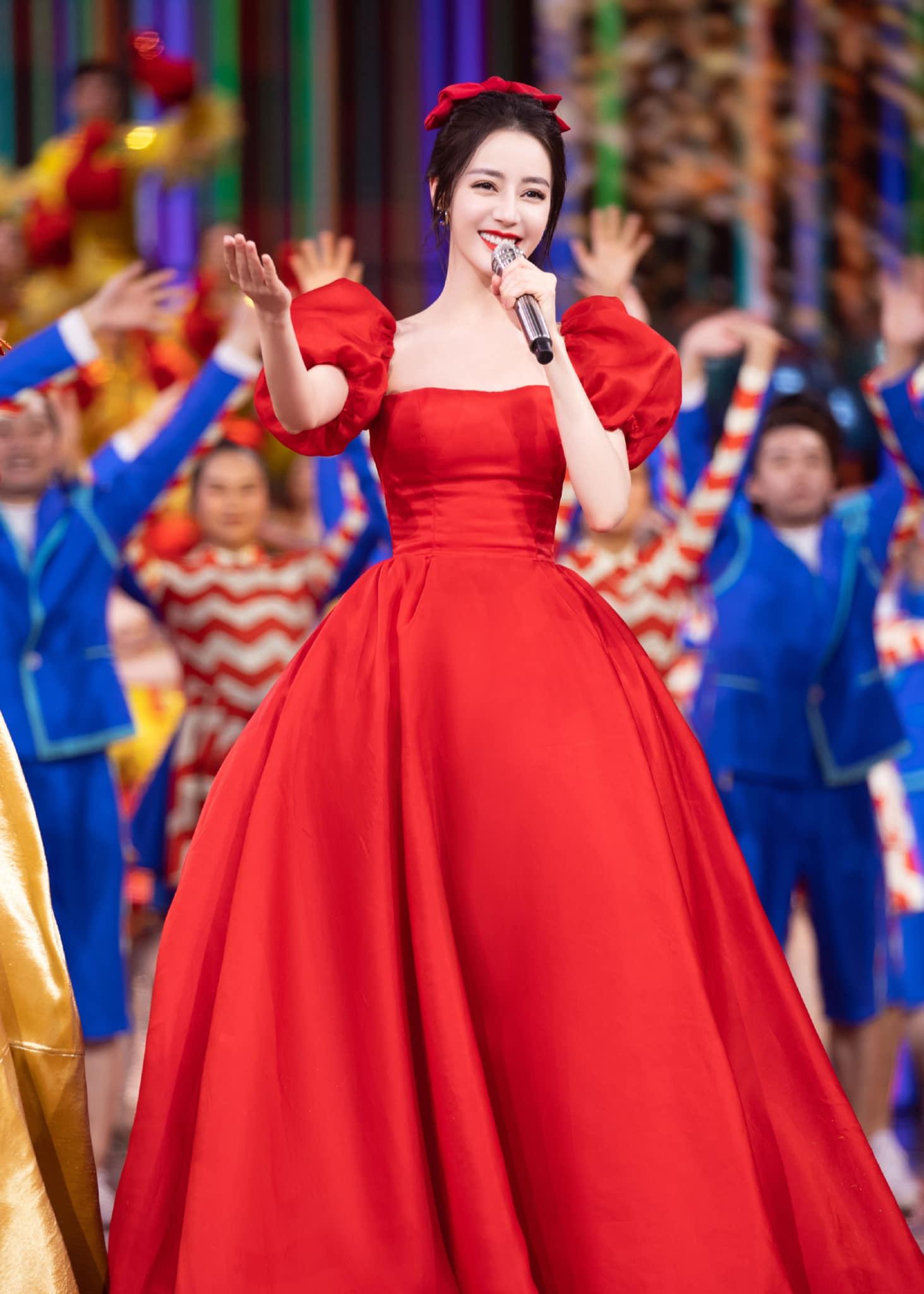Hồi đầu năm nay, mỹ nhân Em là niềm kiêu hãnh của anh gây sốc visual khi xuất hiện trên sân khấu một sự kiện với trang phục được so sánh với nàng Bạch Tuyết.