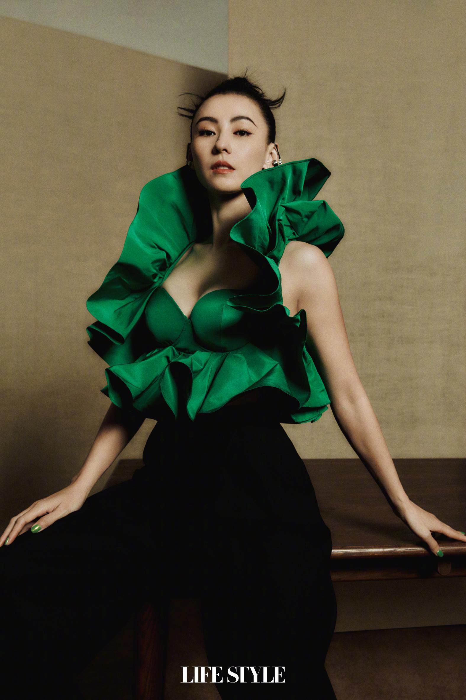 Mẫu áo bèo nhún màu xanh lá của Alexander McQueen đang được nhiều mỹ nhân Cbiz diện lên tạp chí gần đây. Trương Bá Chi khoe đẳng cấp chị đại với thần thái sang trọng ngút ngàn. Mẫu áo này có thiết kế không hề dễ mặc nhưng vẫn được Trương Bá Chi diện đẹp xuất sắc.