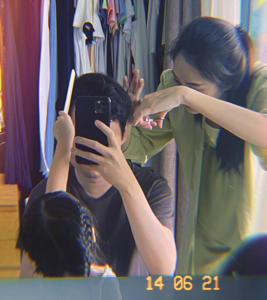 Đặng Thu Thảo cắt tóc cho ông xã khi TP HCM giãn cách xã hội.