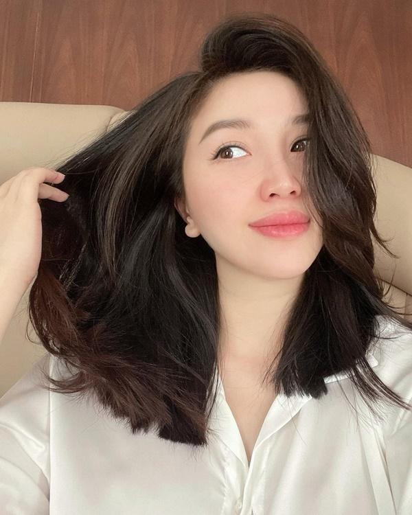 Bảo Thy khoe mái tóc tự cắt ngắn sau ba tháng không đến salon. Cô cho biết bản thân không có bí quyết gì ngoài việc cầm kéo mạnh dạn, dứt khoát. Mái tóc đen bồng bềnh ngang vai của cô được nhận xét trẻ trung, hợp thời.