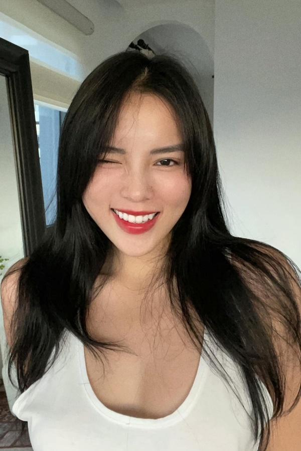 Kỳ Duyên được Minh Triệu cắt tóc giúp khi phần mái đã dài quá mắt. Cô nhận xét bạn thân cắt tóc đẹp, chuyên nghiệp.