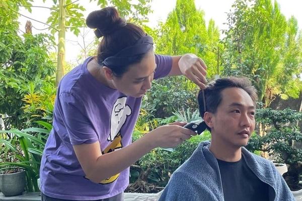 Đàm Thu Trang cắt tóc cho Cường Đô La và được chồng nhận xét cắt không kém thợ chuyên nghiệp.