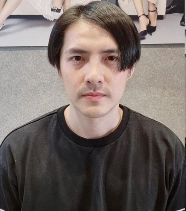 Diện mạo khác lạ của Ông Cao Thắng khi được vợ tút tát ngoại hình. Nhiều khán giả nhận xét Cao Thắng trở thành bản sao Huỳnh Lập khi được Đông Nhi cắt tóc.