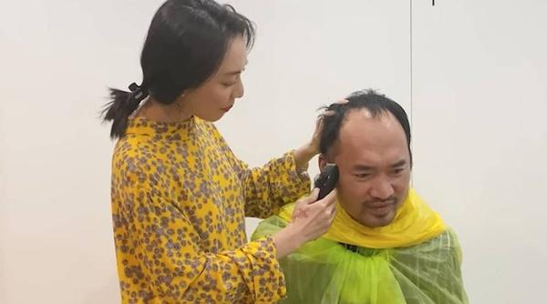 Thu Trang mua tông đơ về, cạo sạch tóc của Tiến Luật.