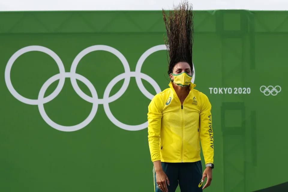 Jessica Fox, VĐV Australia, hất ngược mái tóc trong lễ trao huy chương sau khi giành HC Vàng ở nội dung đua thuyền C1 nữ ngày 29/7 tại Tokyo, Nhật Bản. Ảnh AP / Kirsty Wigglesworth.