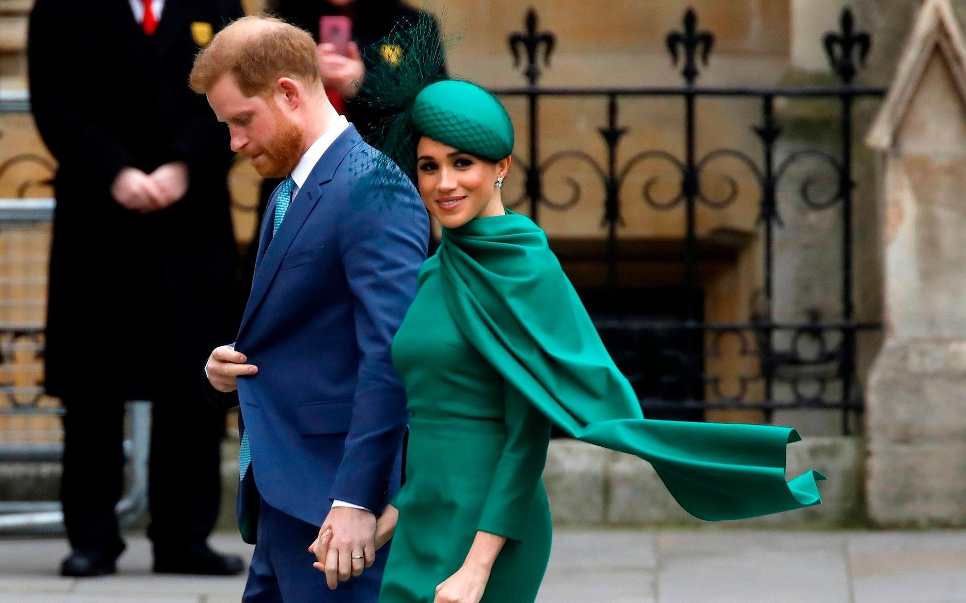 Harry Meghan nắm tay nhau dự sự kiện hoàng gia cuối hồi tháng 3/2020. Ảnh:AFP