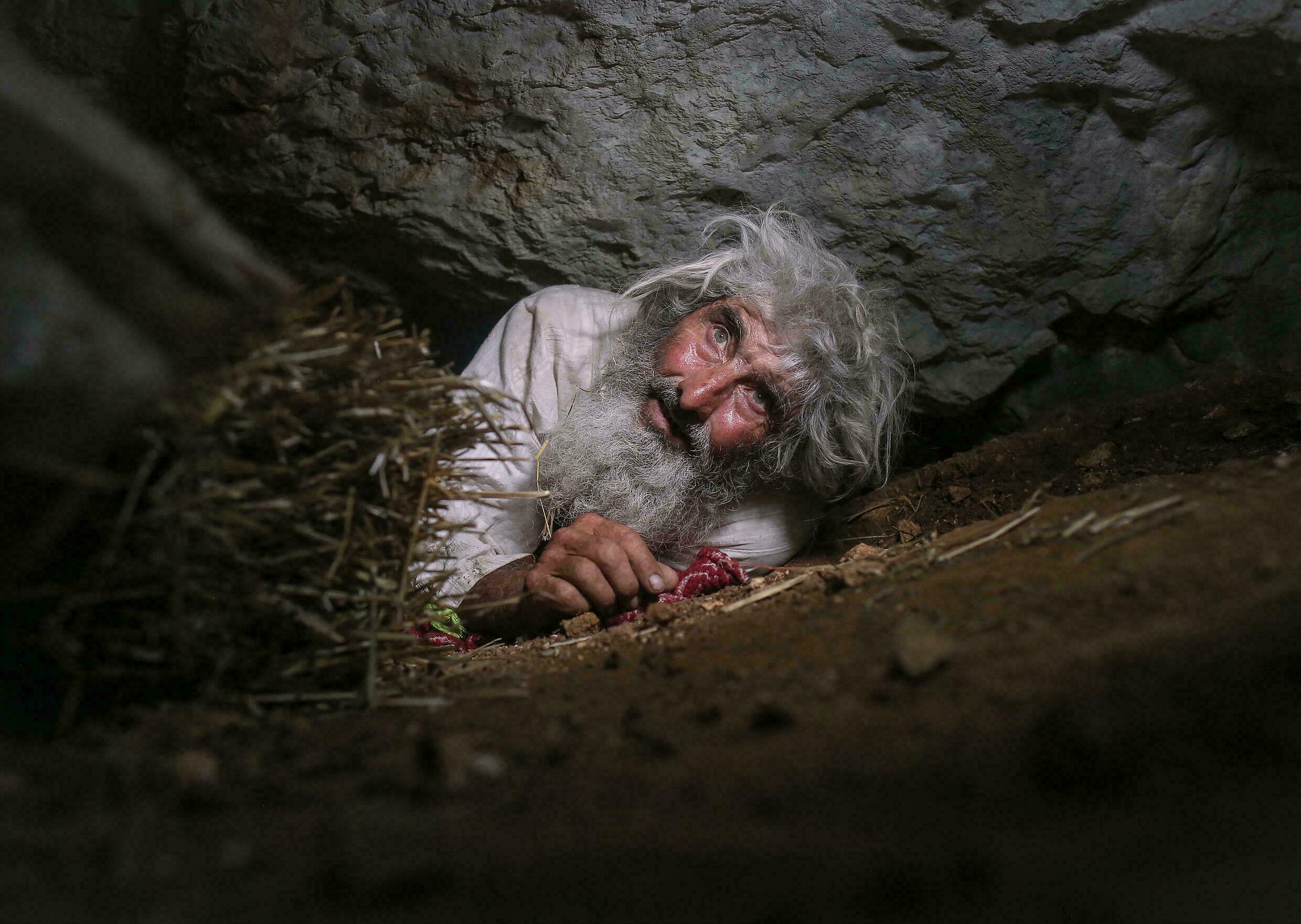 Ông Petrovic được gọi với các biệt danh như ẩn sĩ hay dị nhân khi quyết định sống trong hang động hẹp. Ông cho biết hang động chỉ có thể bước vào bằng cách leo những dốc núi thẳng đứng, không dành cho người yếu tim.