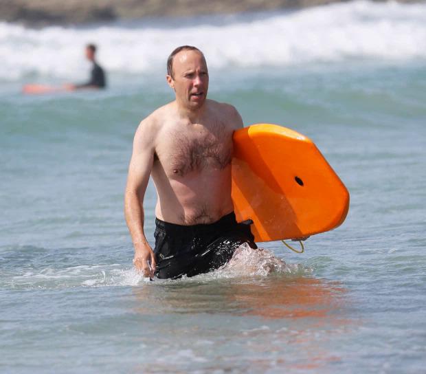 Matt Hancock xuất hiện ở bờ biển cùng các con. Ảnh: Mega