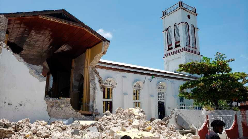 Động đất khiến ngôi nhà đổ sập. Ảnh: AP