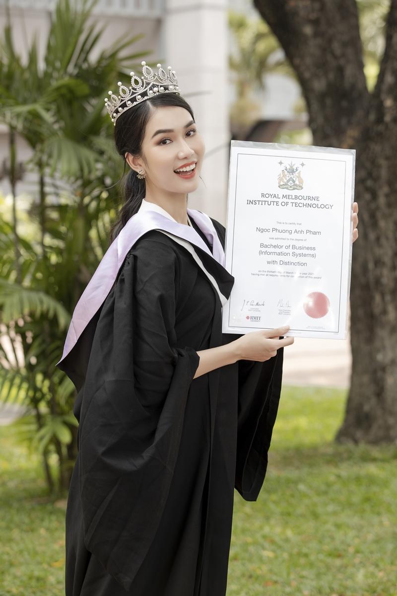 Ngoài nhan sắc xinh đẹp, quyến rũ, điểm mạnh của Phương Anh chính là trình độ học vấn nổi trội. Tháng 3 vừa qua, Phương Anh đã chính thức tốt nghiệp trường Đại học RMIT. Đáng nói, cô chính là thủ khoa ngành Hệ thống quản lí thông tin (Business Information Systems) với số điểm 3.5/4.