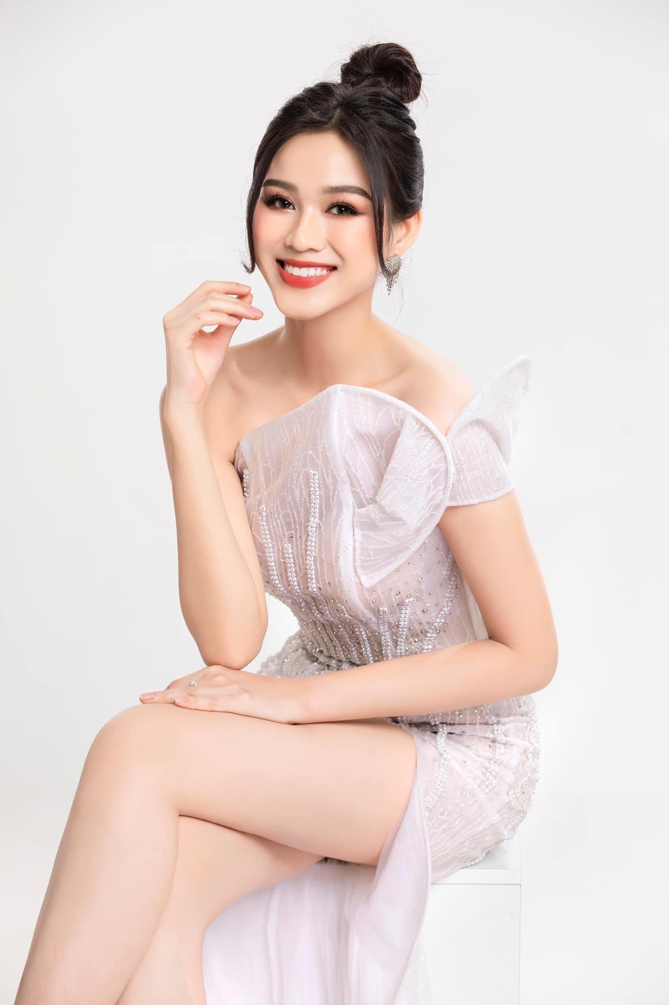 Đỗ Thị Hà sinh năm 2001, đang là sinh viên Đại học Kinh tế quốc dân. Cô  sở hữu chiều cao 1m75, số đo ba vòng 80-60-90 và đặc biệt là đôi chân dài 1m11