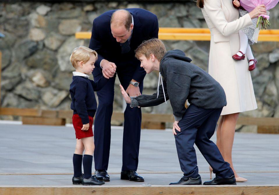 Hoàng tử George đều mặc short mỗi lần xuất hiện, kể cả trong chuyến công du Canada cùng với bố mẹ hồi 2016. Ảnh: Reuters