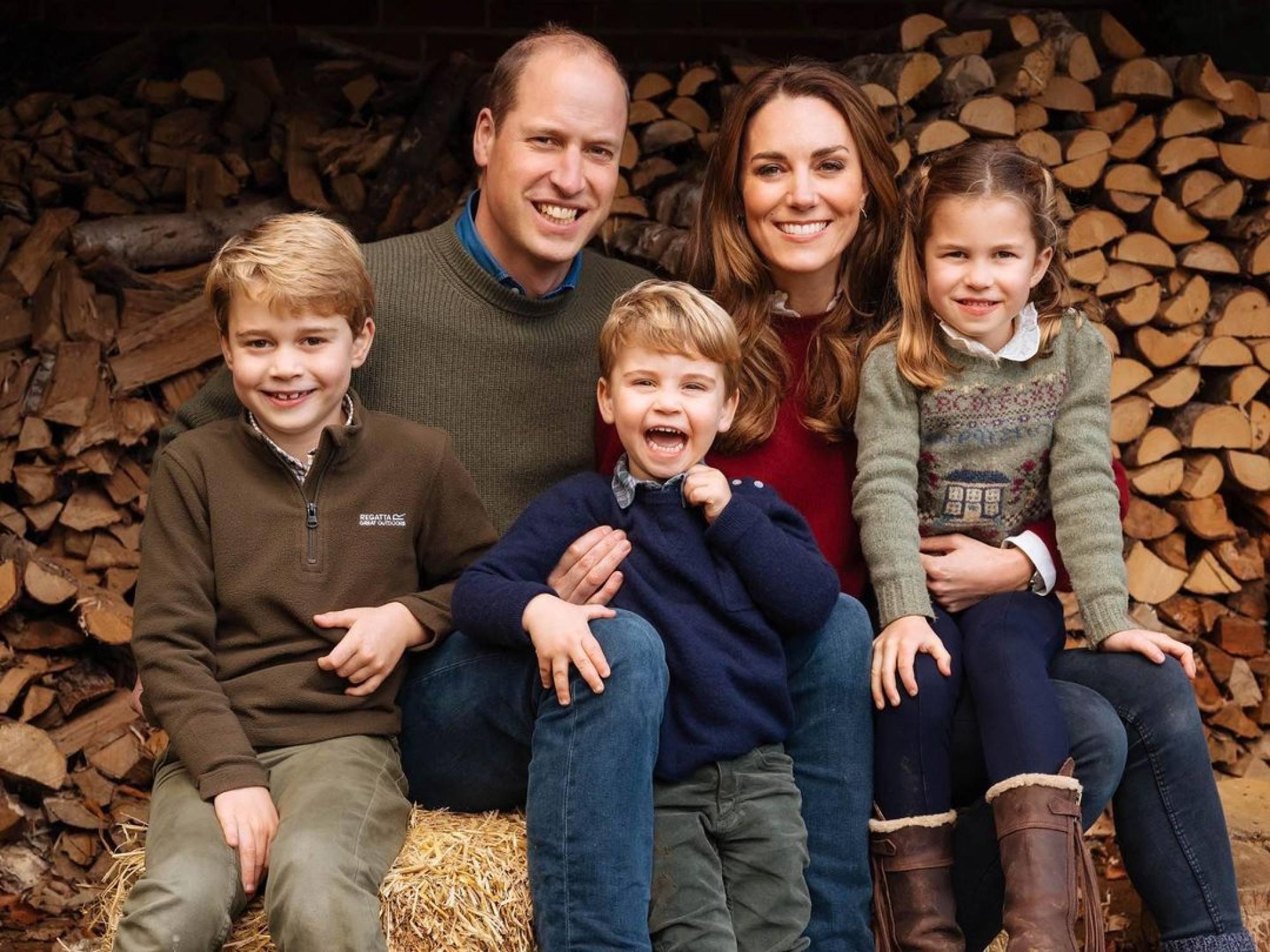 Công tước và Nữ công tước xứ Cambridge chụp ảnh với 3 con, Hoàng tử George, Louis và Công chúa Charlotte. Ảnh:  Instagram/@dukeandduchessofcambridge