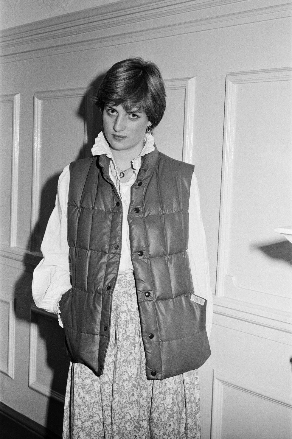 Quý cô Diana trên tờ báo Anh The Sunday Mirror , ảnh chụp tại căn hộ ở London nơi cô sống với bạn cùng trường năm 1980.