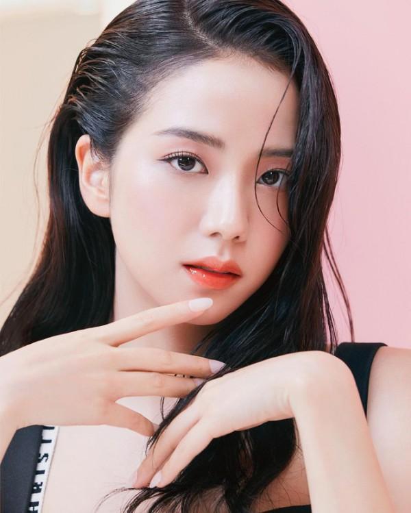 Nhờ có gương mặt không góc chết, Ji Soo chụp hình nghiêng hay chính diện đều đẹp hút mắt.