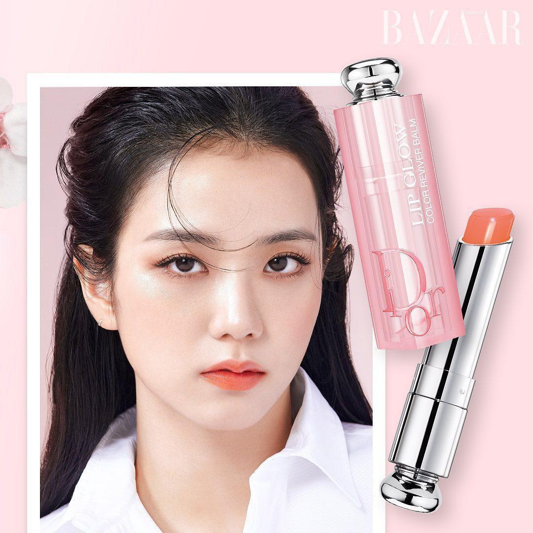 Ngoài dòng Dior Rouge, Ji Soo cũng thường xuyên giới thiệu dòng Dior Lip Glow. Đây là sản phẩm son dưỡng có màu, phù hợp với vẻ đẹp nhẹ nhàng của Ji Soo.