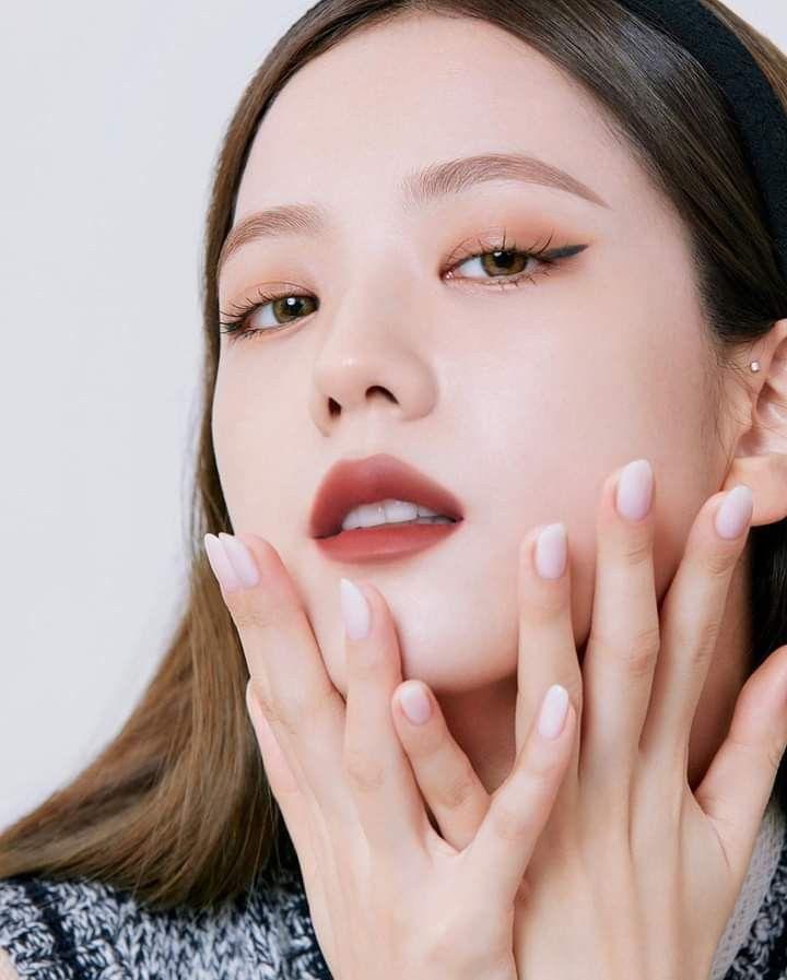 Nhiều người cho rằng Ji Soo chỉ hợp với kiểu makeup nhẹ nhàng, tuy nhiên nữ idol cho thấy dù tô son nhung đỏ kiêu kỳ, son đỏ đất bí ẩn hay son phớt dịu dàng, cô đều có khả năng cân đẹp.