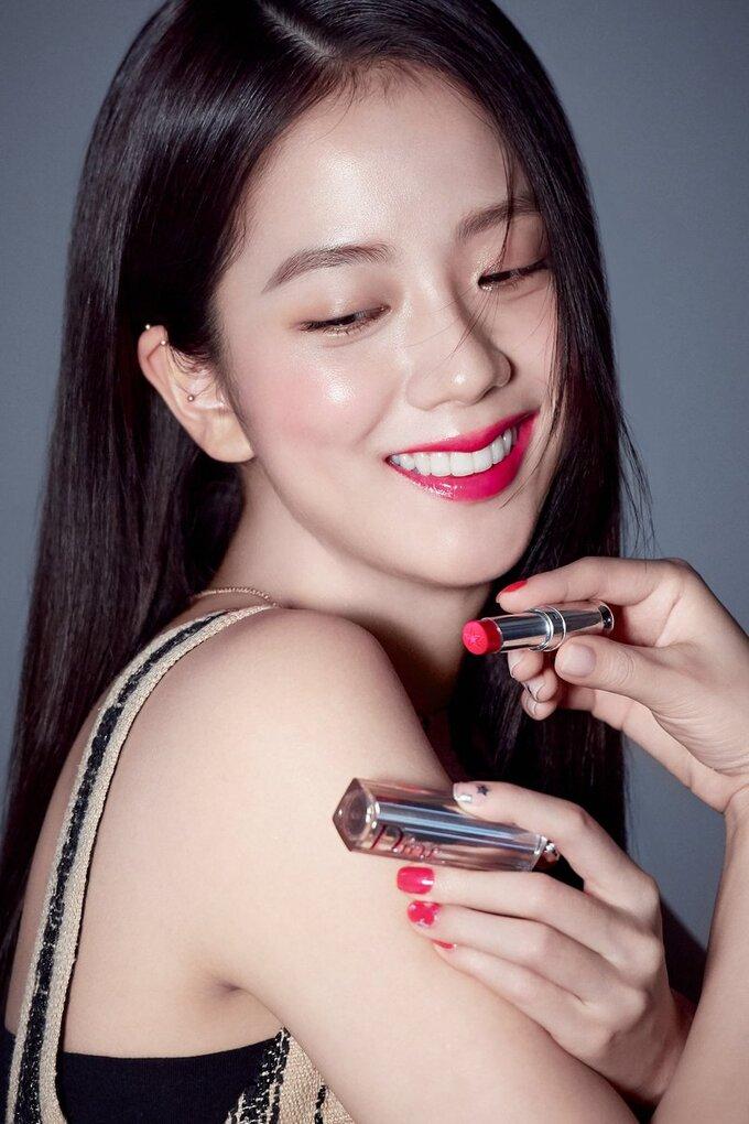Nữ thần nhan sắc Kpop có thể biểu cảm nhiều cách như hé môi hững hờ, mỉm cười nhẹ nhàng, cười tươi rạng rỡ hay mở tròn mắt ngây thơ...