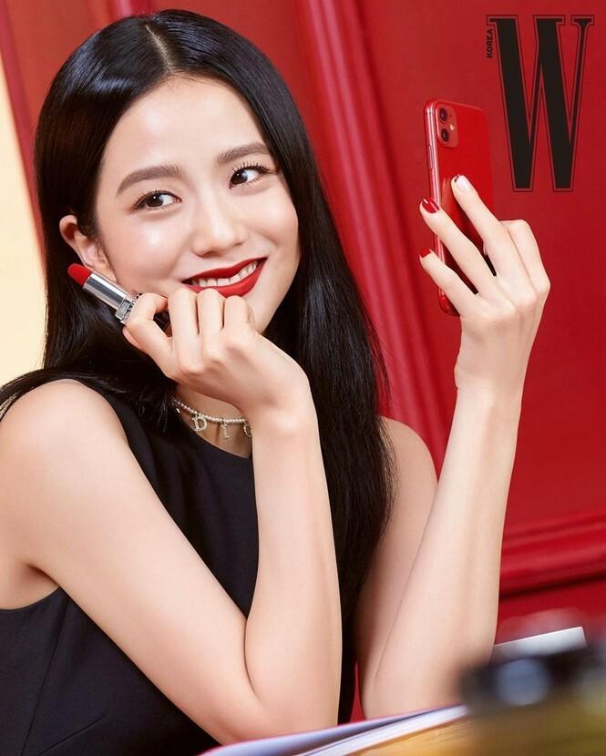 Trong những lần quảng bá son Dior Rouge, Ji Soo luôn mang đến hình ảnh kiêu sa nhưng vẫn toát lên nét trẻ trung phù hợp với các cô gái Gen Z.