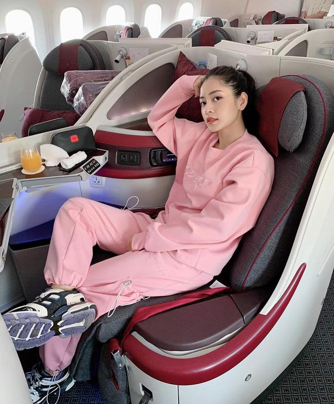 Trên máy bay thương gia, Chi Pu từng tích cực khoe những bộ cánh trendy được các cô gái yêu thích. Không ít fan mong ngóng ngày được ngắm thời trang phi trường của cô nàng trở lại.