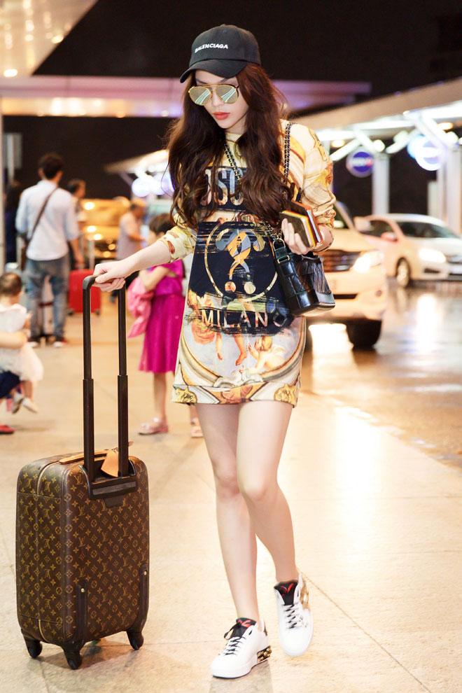 Không hổ danh là nàng hậu có gu thời trang cá tính nhất nhì Vbiz, Kỳ Duyên luôn biết cách giúp mình trở nên nổi bật ở sân bay bằng những outfit theo phong cách streetwear, vừa khỏe khoắn lại vừa chất chơi.