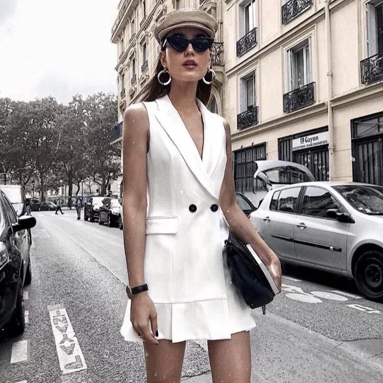 Kết hợp gilet với chân váy ngắn cùng tông cũng là một cách để tạo vẻ ngoài sang chảnh mà chẳng cần tốn nhiều công sức.