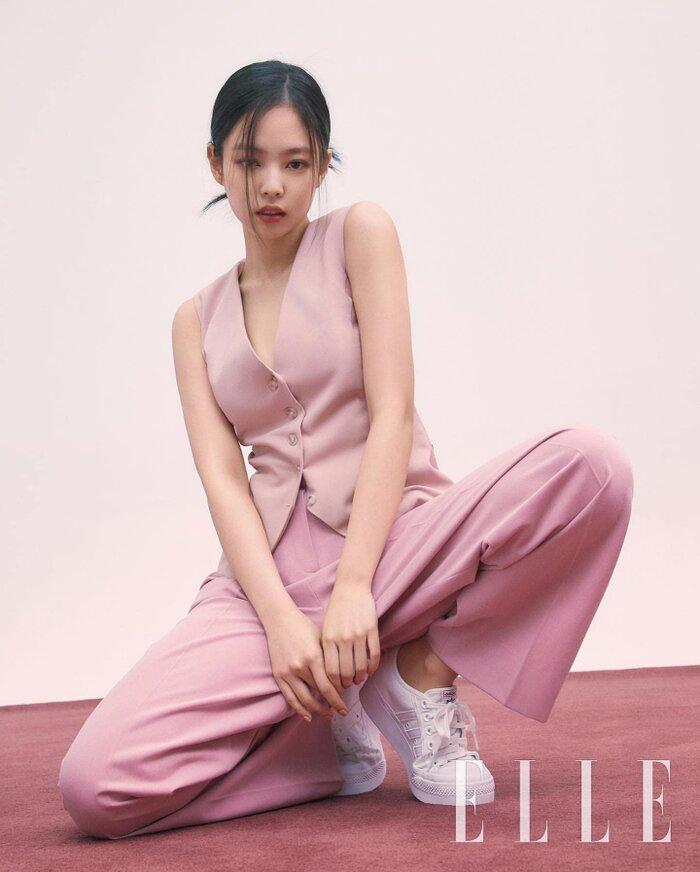 Bạn cũng có thể áp dụng công thức phối màu tương đồng, ví dụ áo hồng pastel đi kèm quần hồng vỏ đỗ để tạo nên dải màu sắc đồng điệu, cơ thể vì thế mà không bị chia khúc, tỷ lệ body trông sẽ hài hòa, mảnh mai hơn hẳn.