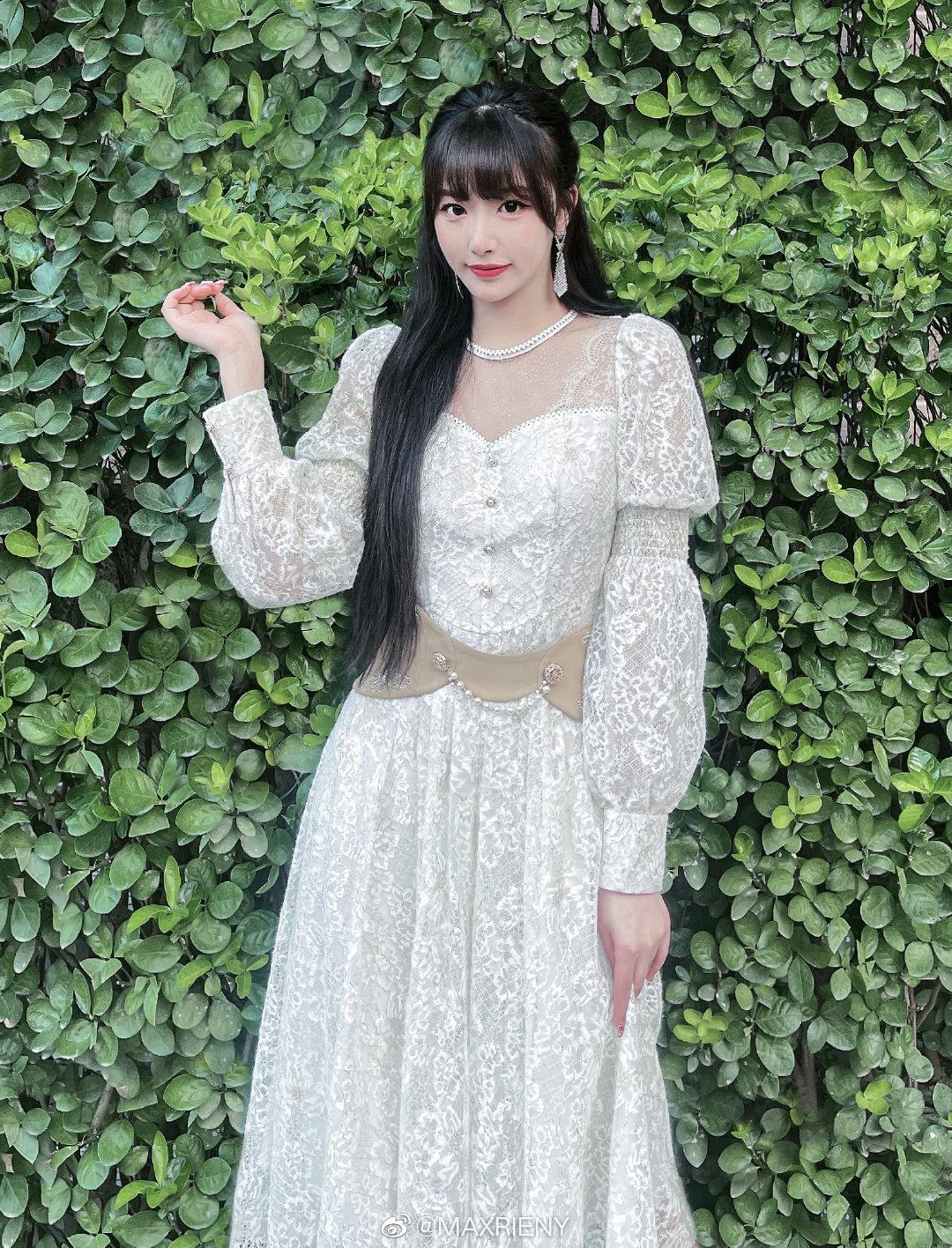 Trong các mỹ nhân The9, Khổng Tuyết Nhi được đánh giá có vẻ đẹp kiều diễm hơn cả. Đây cũng là lý do nữ idol rất thích xúng xính váy áo điệu đà theo phong cách tiểu thư quý tộc.
