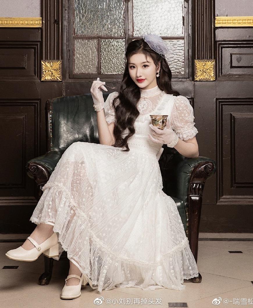 Vẻ đẹp ngọt ngào, dung mạo thanh thoát của nữ idol làm tôn thêm nét duyên dáng cho những bộ đầm kiểu cách.