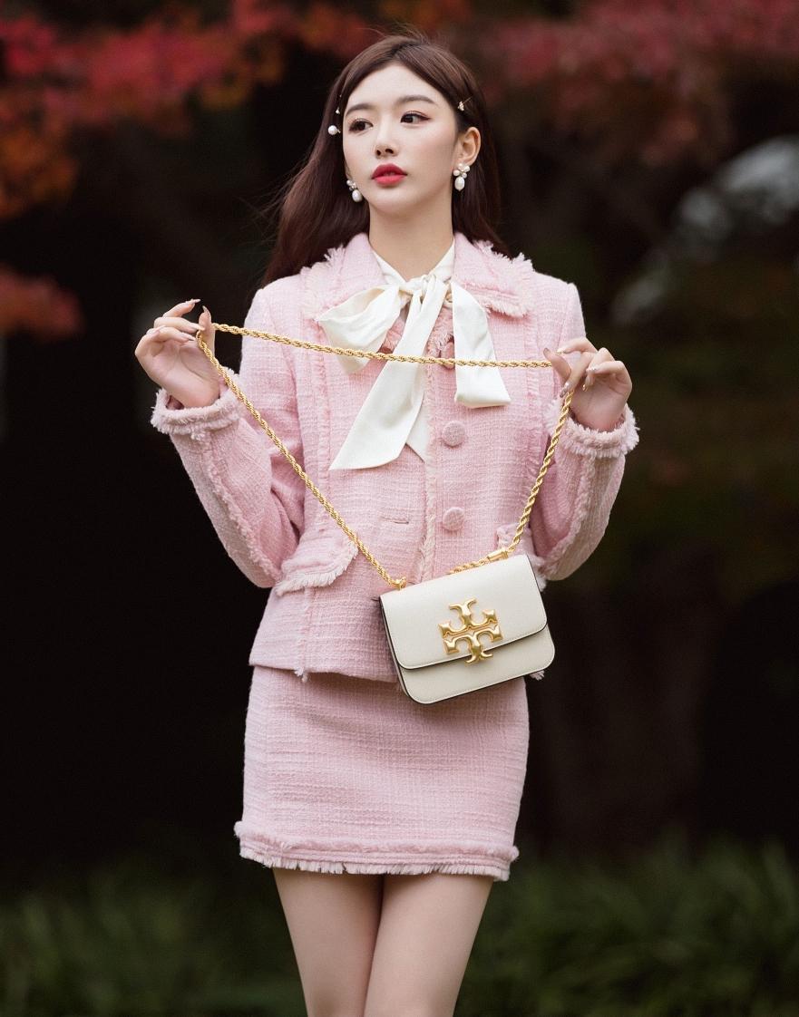 Mỗi khi diện đồ theo phong cách cổ điển, Khổng Tuyết Nhi lại được khen có khí chất con gái nhà tài phiệt.
