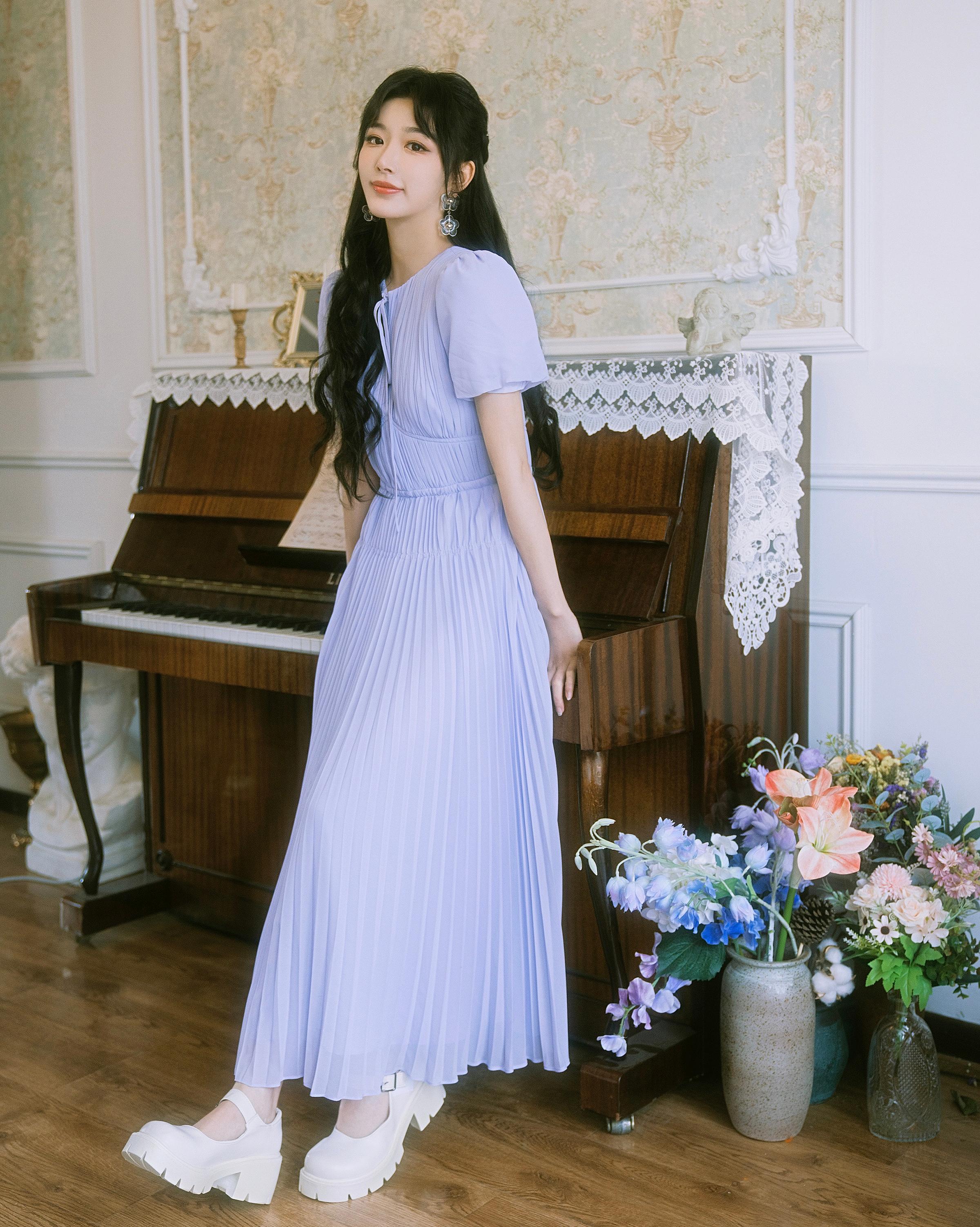Những bộ đầm voan dài mềm mại được cô khéo kết hợp cùng kiểu tóc buộc nửa và những món trang sức điệu đà.