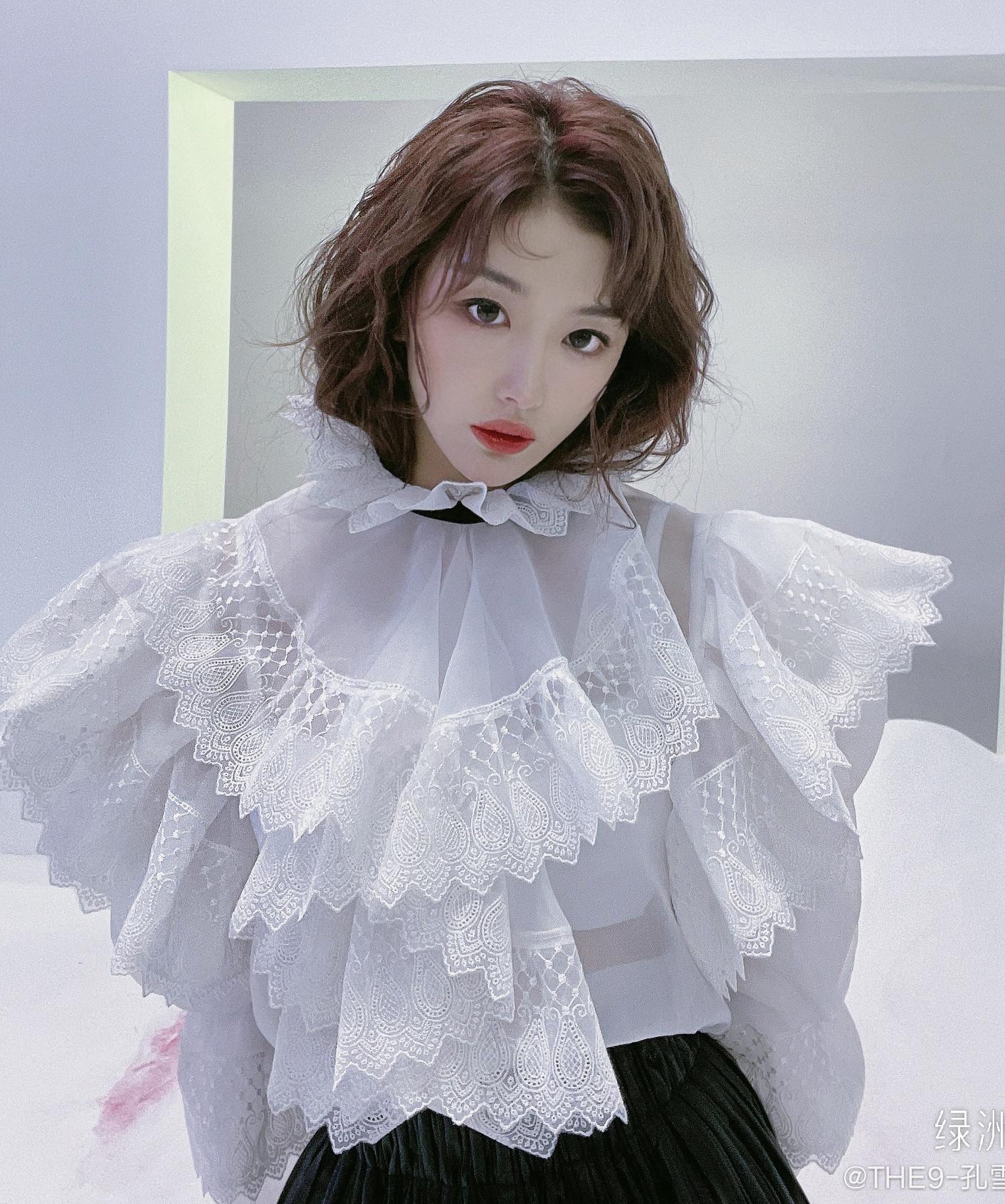 Với trang phục đời thường, mỹ nhân sinh năm 1996 cũng là tín đồ của những thiết kế không thể điệu đà hơn. Ngoài Khổng Tuyết Nhi, hẳn chẳng mấy ai dám diện các kiểu áo xếp nhún cầu kỳ đậm chất quý tộc như vậy.