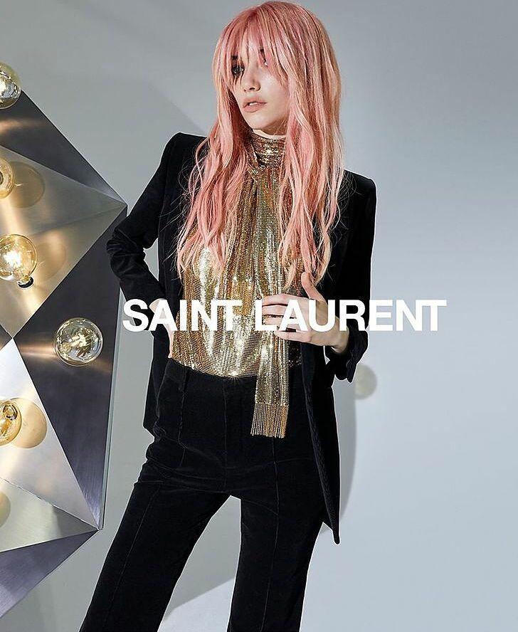 Người mẫu của Saint Laurent hầu như chẳng bao giờ được khoe toàn bộ gương mặt mà luôn dùng mái tóc che bớt dung mạo.