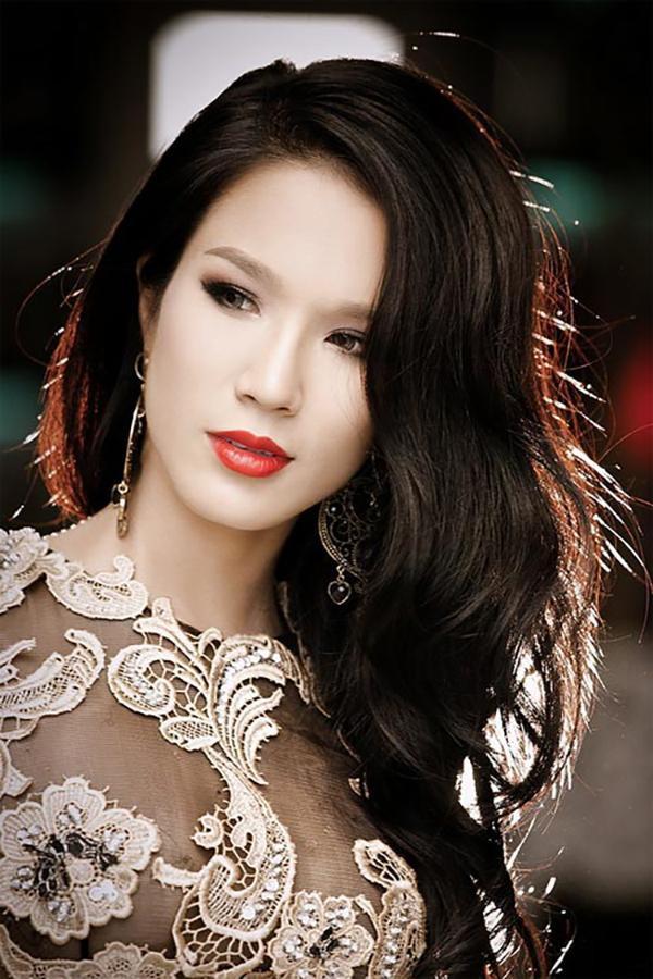 nhan sắc Diệp Lâm Anh bắt đầu thay đổi bằng cách trang điểm. Cô tạo khối cho gương mặt sắc sảo hơn bằng cách tán phấn, vẽ mắt đậm hơn.
