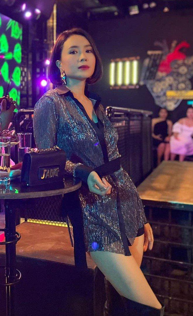 Trước đó, trong nhiều phim truyền hình Việt Nam gần đây, phân cảnh lên đồ đi bar của các vai nữ không thiếu, tuy nhiên style đều khá đẹp mắt và thực tế. Hồng Diễm được khen với những bộ cánh nửa kín nửa hở trong Hướng dương ngược nắng.