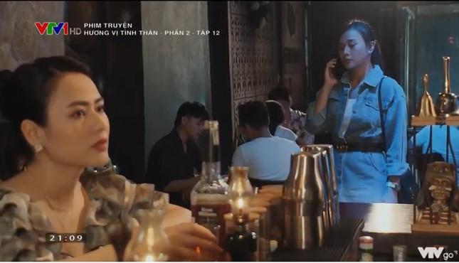 Trong khi đó ở Hương vị tình thân, Phương Oanh lại từng bị chê lên chê xuống cũng ở phân cảnh đi bar. Vào club mà cô nàng diện đồ tầng tầng lớp lớp siêu ngột ngạt.